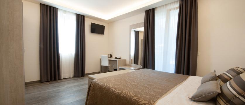 hotel-italia-garda-bedroom.jpg